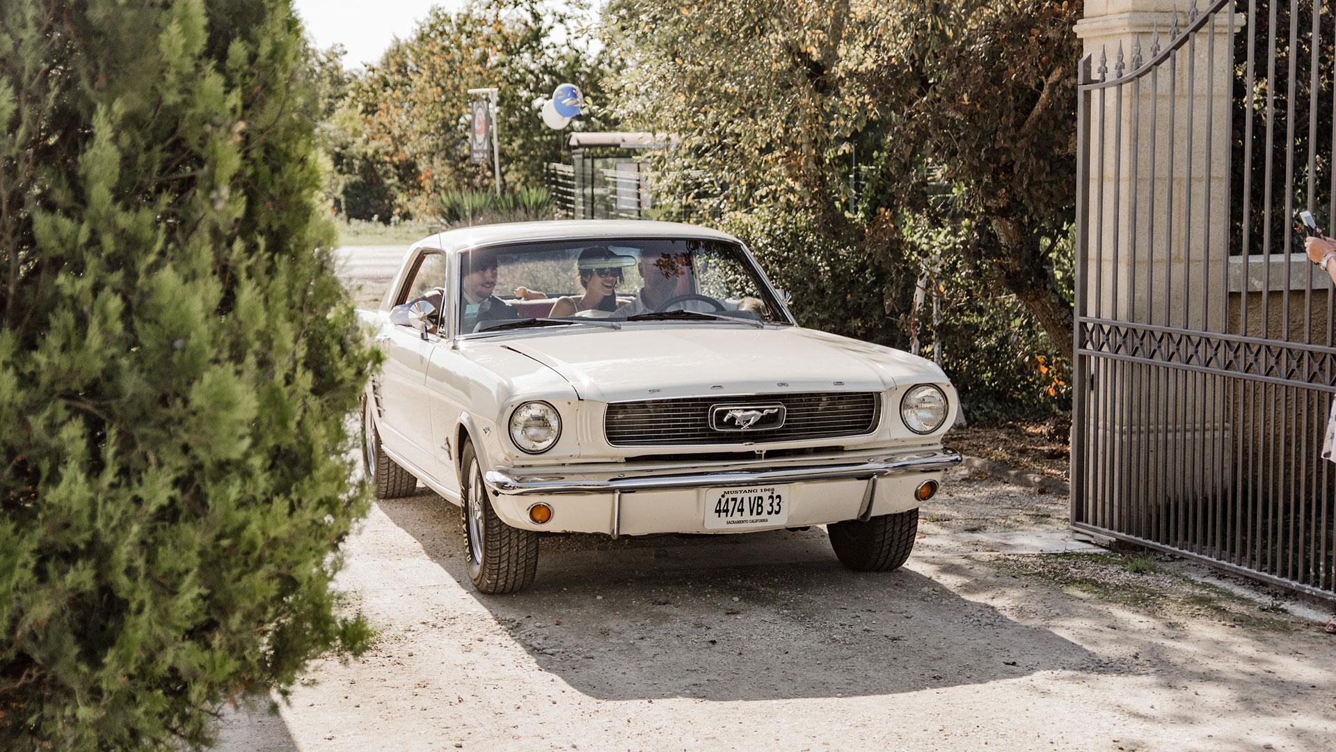 Une Ford Mustang entre au Domaine Pascaud sous le soleil
